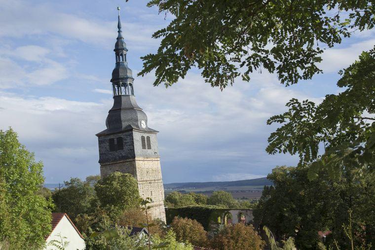 Der schiefe Turm der Oberkirche von Bad Frankenhausen in Sachsen-Anhalt hat eine Neigung von 4,93 Grad.