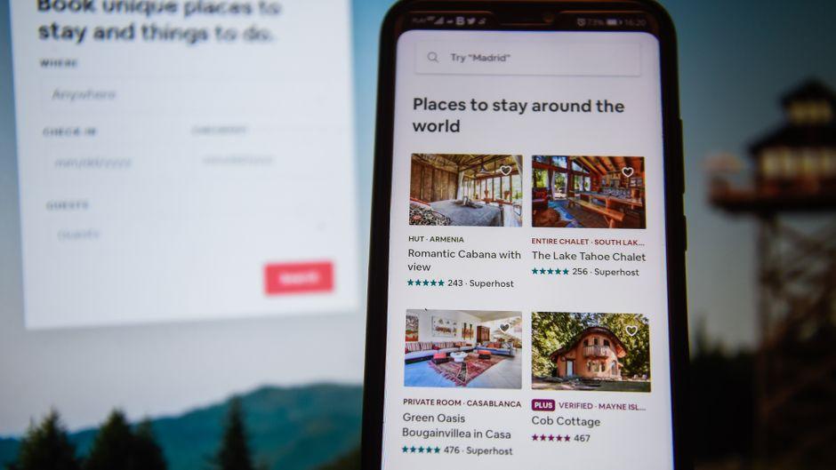 Ansicht der Airbnb-App auf einem Handy.