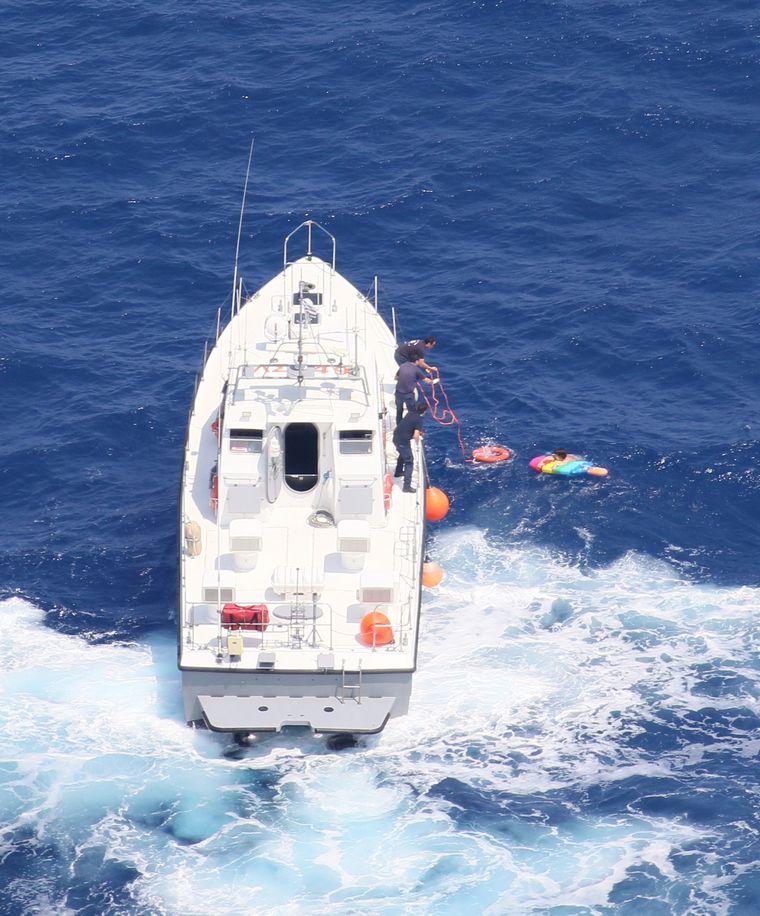 Der Moment der Rettung: Die Küstenwache brachte die Frau zurück an Land.