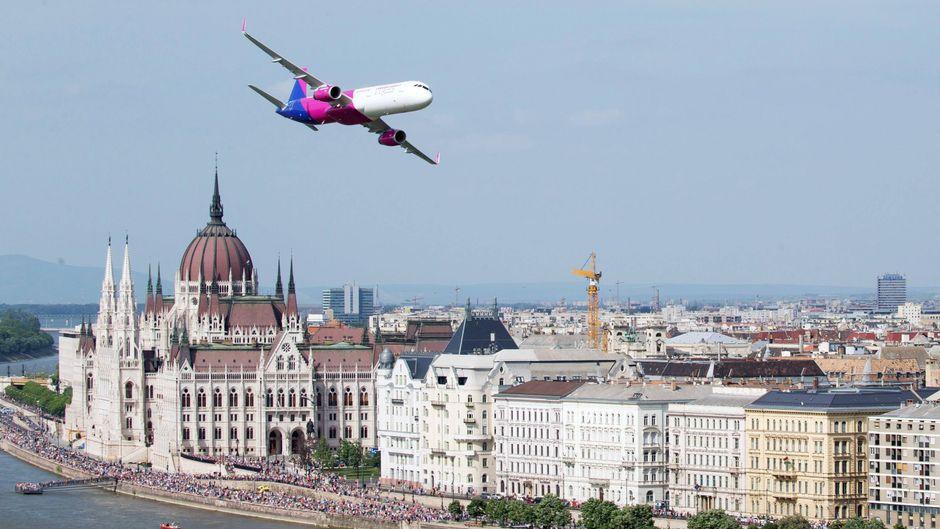 Ein Flugzeug der ungarischen Billig-Airline Wizz Air fliegt über Budapest.