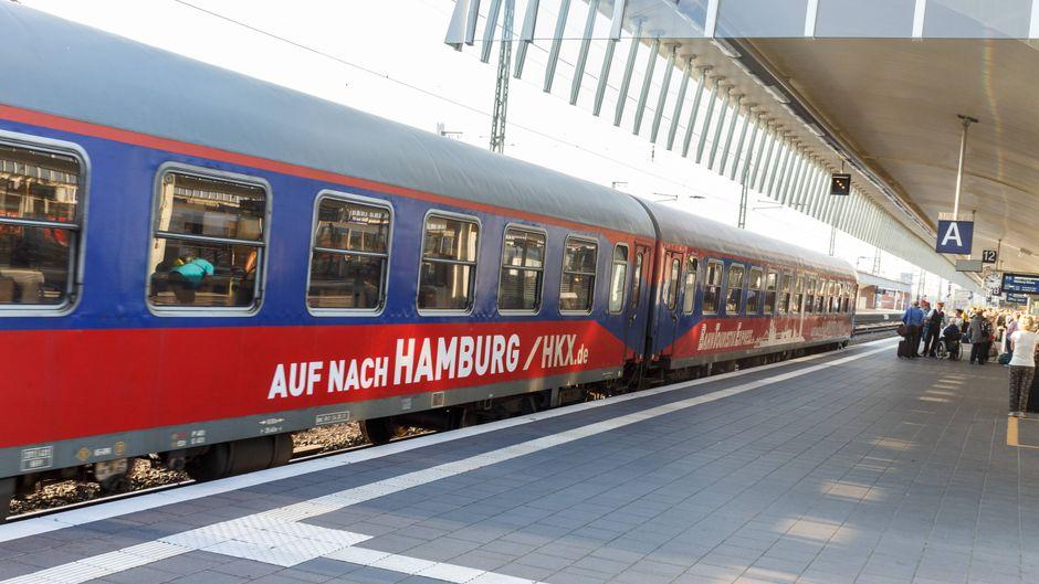 Ein HKX-Zug steht in Münster am Bahnhof.