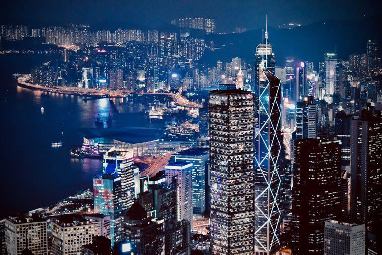 Die Skyline von Hongkong in der Nacht.