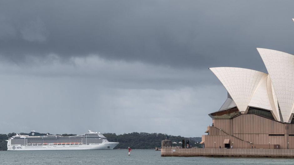"""Das Kreuzfahrtschiff """"MSC Magnifica"""" hatte am 16. März noch in Sydney gelegen. Nun kreuzt es vor der Küste, weil es nirgends andocken darf."""