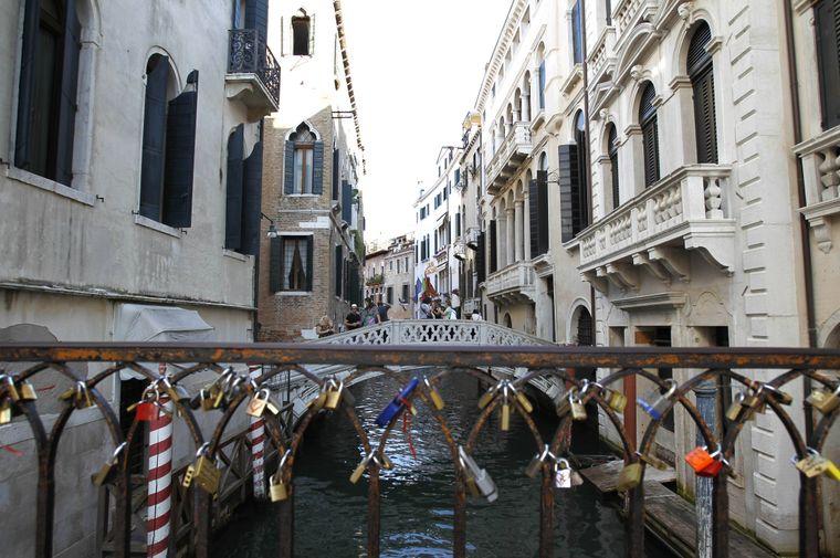 Liebeschlösser am Brückengeländer – eigentlich ein schönes Bild, in Venedig aber streng verboten.