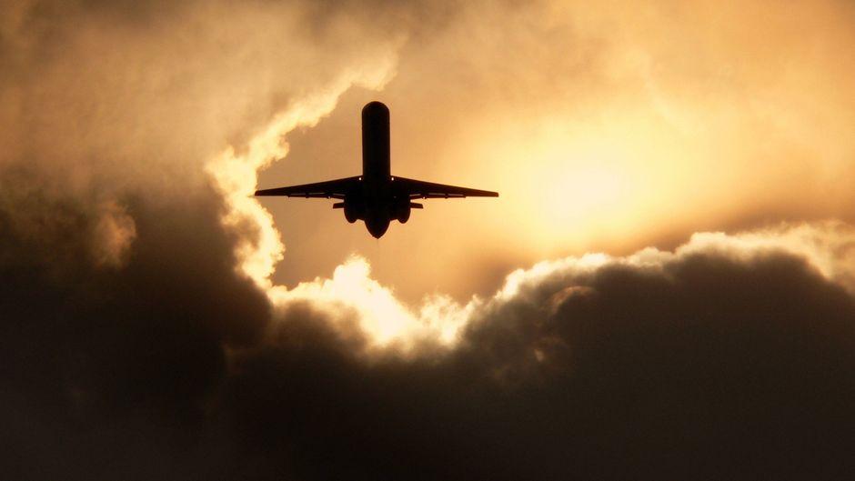 Flugzeug in den Wolken.