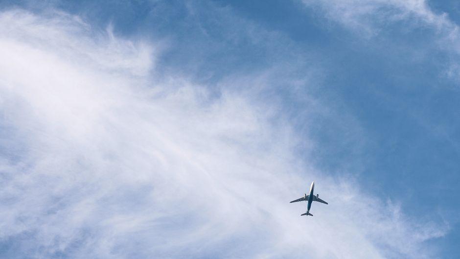 Ein Flugzeug am Himmel.