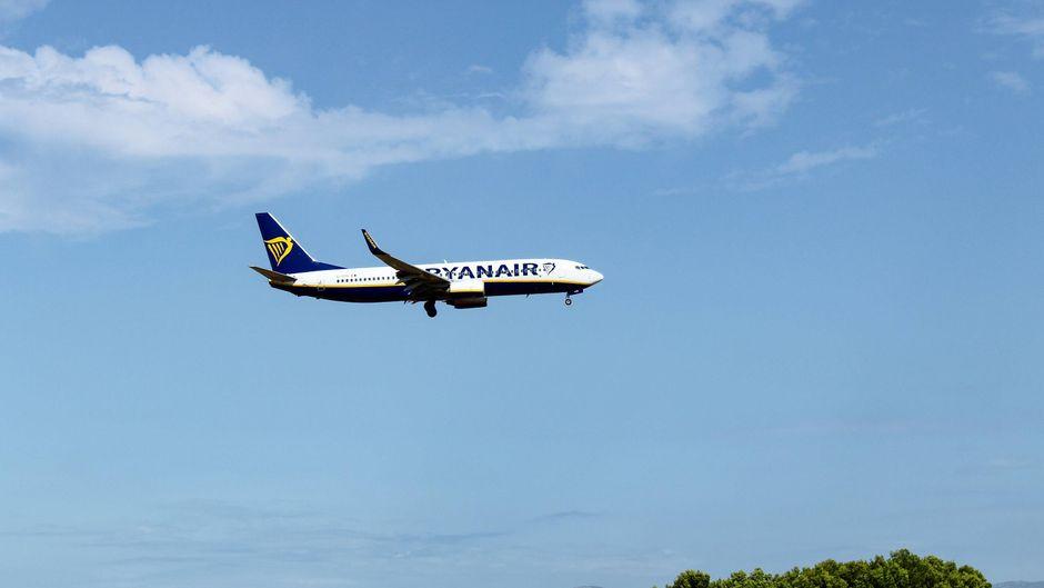 Flugzeug der Ryanair im Landeanflug.