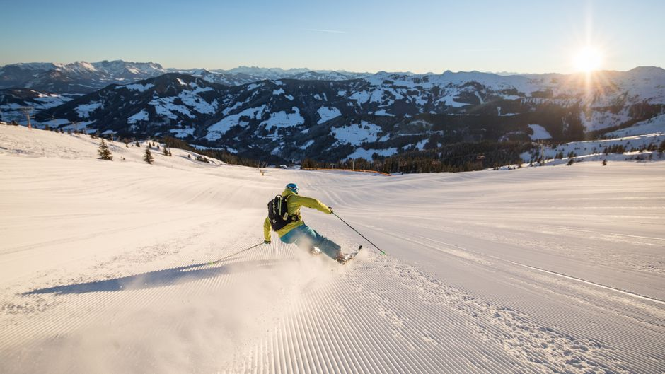 Auf Skiern geht es die Piste des Alpbachtal Seenlands hinunter.
