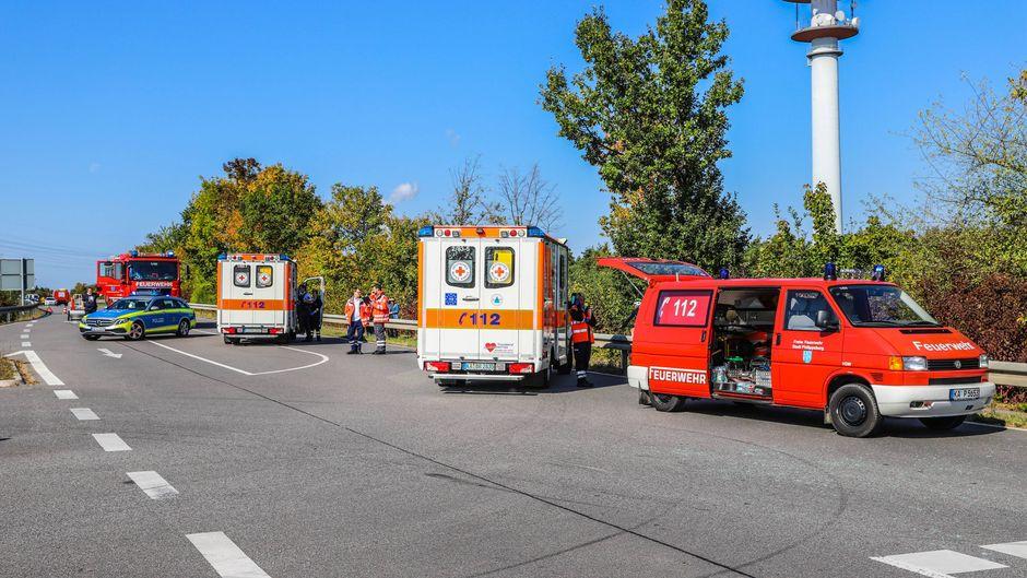 Rettungsdienst und Feuerwehr rückten mit mehreren Einsatzfahrzeugen an. (Symbolfoto)