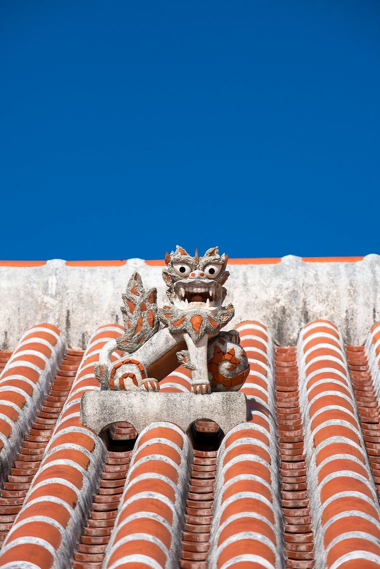 Shisa-Figuren auf den Dächern beschützen die Bewohner der japanischen Insel Taketomi vor Unheil.