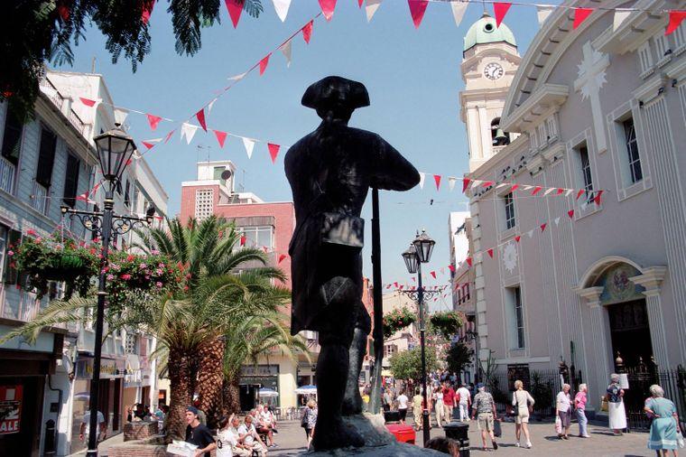 Die Main Street in Gibraltar mit der bekannten Statue in der britischen Kronkolonie.