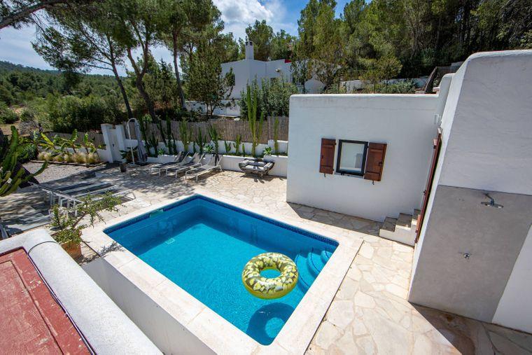 Abkühlung gefällig? Dann buchst du am besten ein Ferienhaus mit Pool.