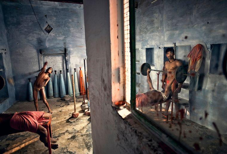 Jugendliche trainieren in einer Wrestlingschule in Varanasi, Indien.