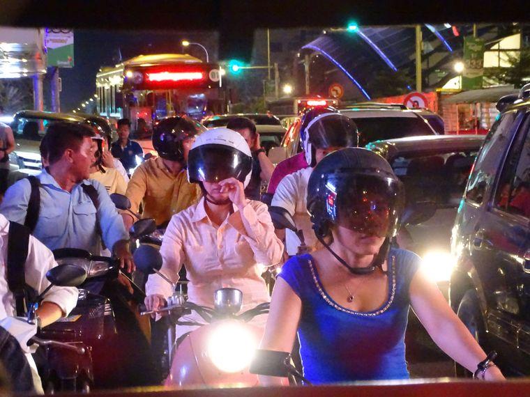 Der Verkehr in Kambodscha ist gefährlich, deshalb als Tourist lieber nicht selbst das Lenkrad in die Hand nehmen.