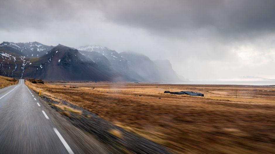 Die isländische Ringstraße oder kurz Route 1 ist insgesamt 1322 Kilometer lang.