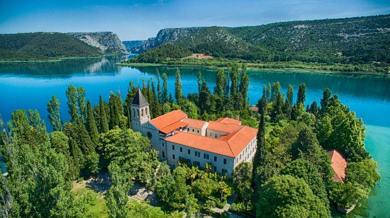 Die Gemäldegalerie und die Kirche des Klosters auf der Insel im Visovac-See stehen Besuchern offen.