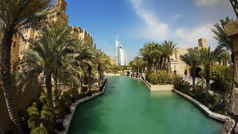 Blick auf das Burj al Arab in Dubai.