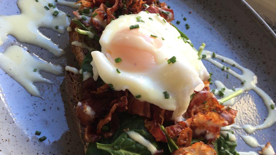 Im Figar gibt es Avocado, pochiertes Ei und Speck auf einem Biobrot.