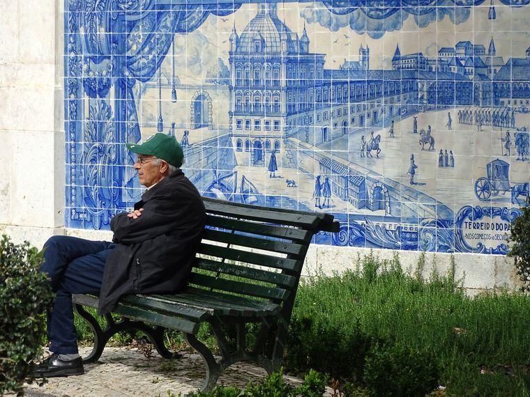 An der Fassade der Kirche Santa Luzia am Aussichtsplatz Miradouro sind Mosaike aus blau-weißen Keramikfliesen angebracht.