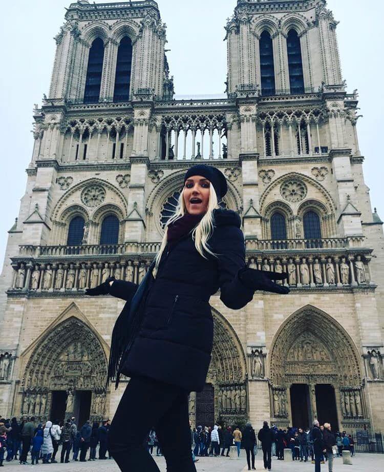 Das ist Jen Salvatore, sie hat sich vor Notre-Dame fotografieren lassen.