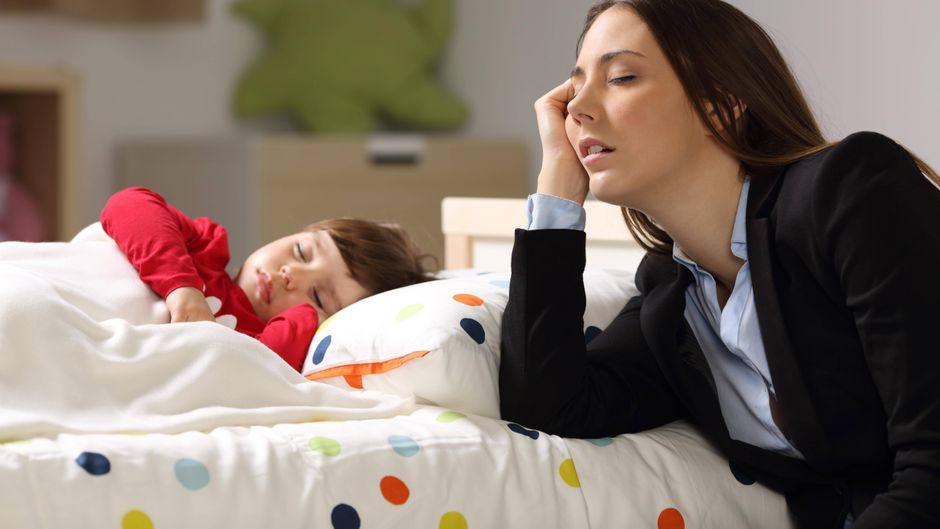 Mutter und Kind schlafen.