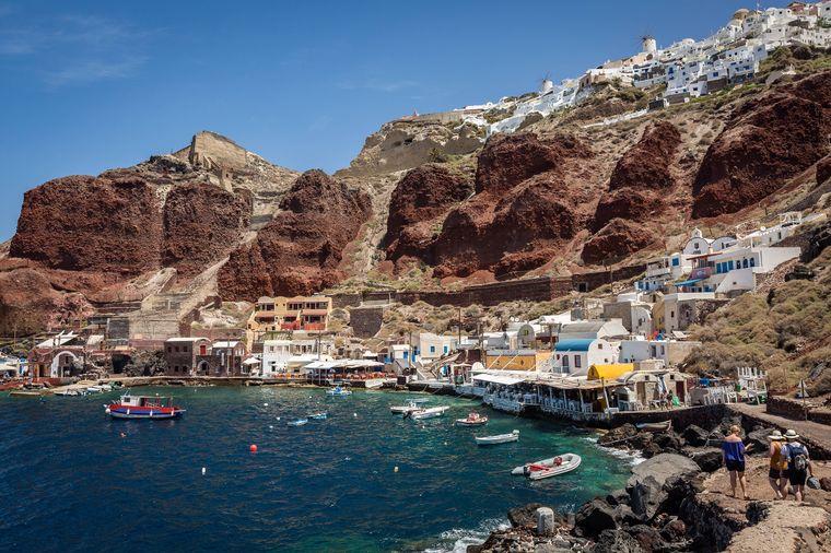 Der Hafen von Ammoudi im kleinen Fischerdörfchen Oia.