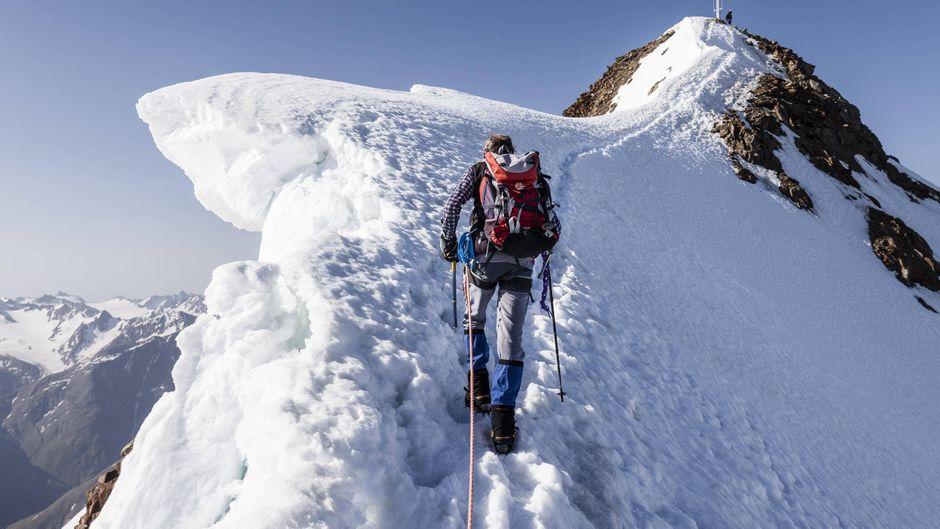 Bergsteiger beim Aufstieg auf die Wildspitze auf dem Gipfelgrat.