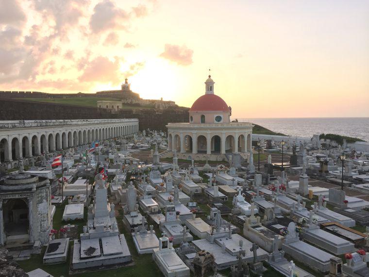 Sonnenuntergang auf dem Friedhof Santa Maria Magdalena in der Altstadt von San Juan, Puerto Rico