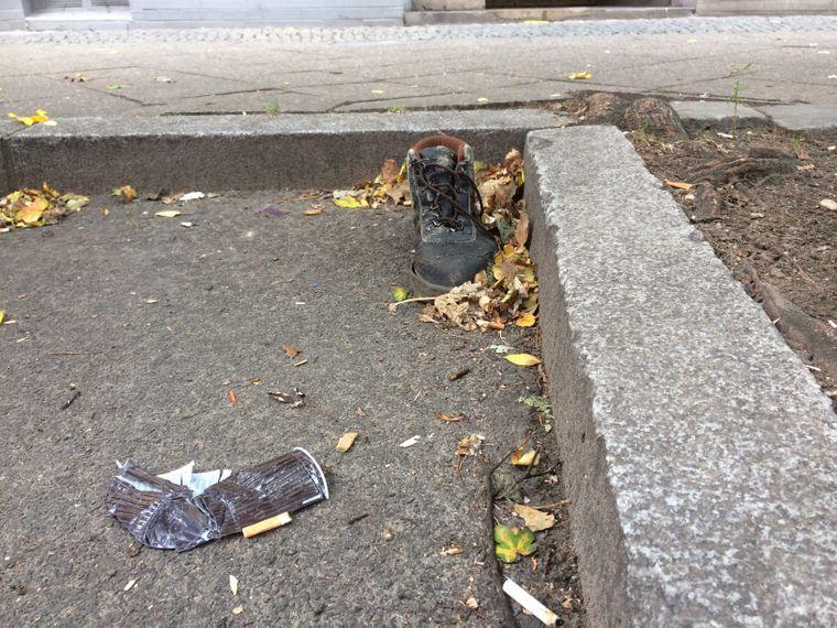 Was mit seinem Partner wohl passiert ist? Dieser einsame Schuh fristete sein Dasein für eine geraume Zeit in der Manteuffelstraße.
