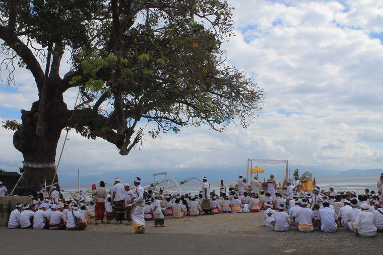 Traditionelle Zeremonie auf Nusa Penida.