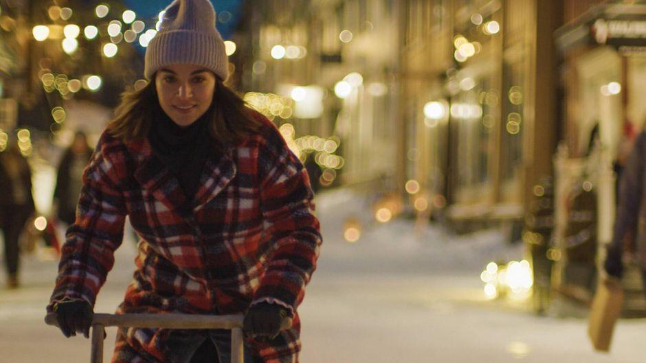 """Schauspielerin Ida Elise Broch in einer Szene der Netflix-Serie """"Weihnachten zu Hause""""."""