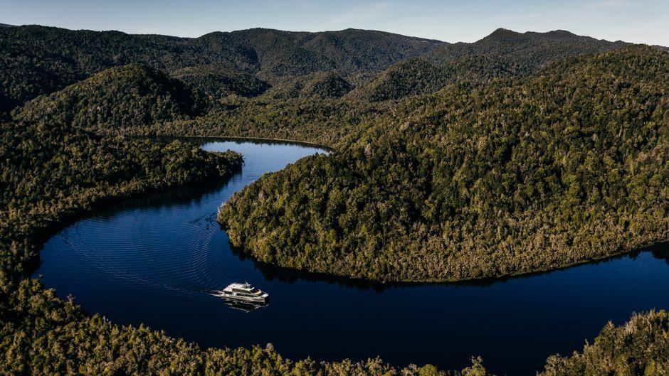 """Auf dem Gordon River im Westen von Tasmanien ist die """"Spirit of the Wild"""" nur mit Elektroantrieb unterwegs."""
