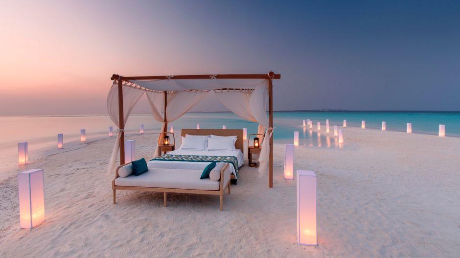 Himmelbett am Strand auf der Privatinsel Milaidhoo auf den Malediven.