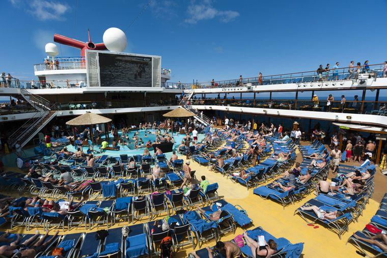 Liegestühle auf dem Deck eines Kreuzfahrtschiffes.