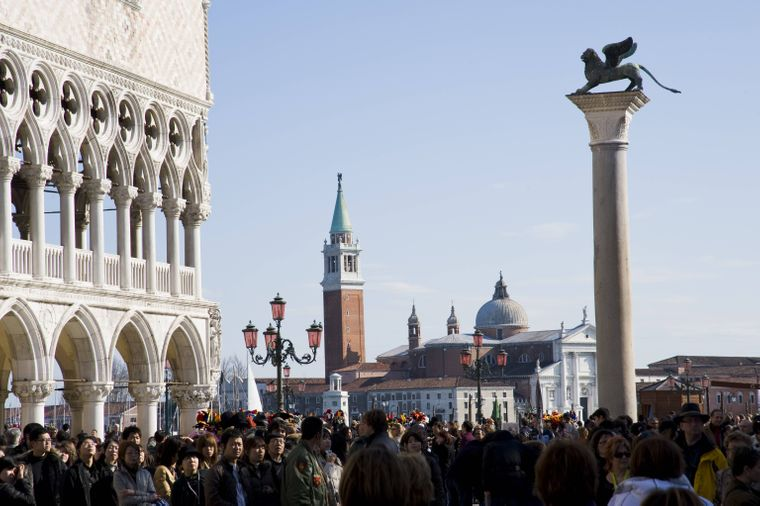 Touristenmenge auf dem Markusplatz vor dem Dogenpalast