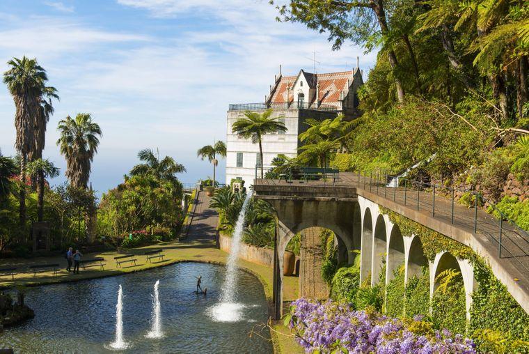 Der historischer Palast Monte Palace Tropical Garden beherbergt auch einen See und Wasserspiele im botanischen Garten.