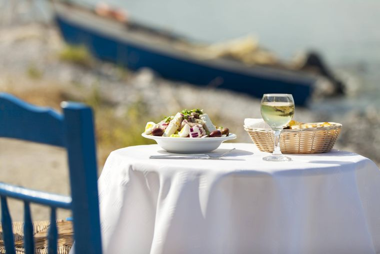 Griechischer Salat schmeckt im Sommer besonders gut.
