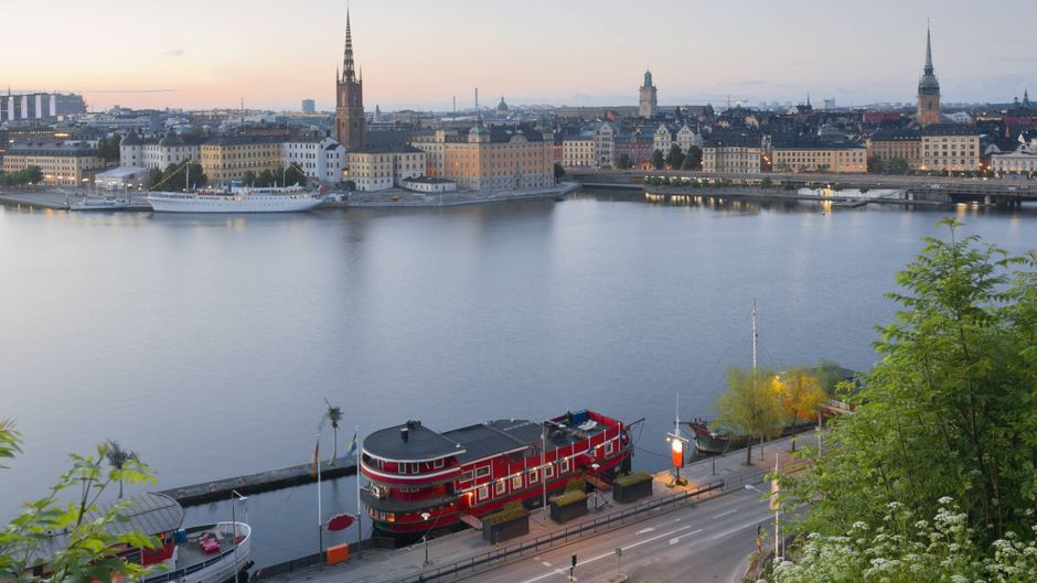 In dem roten Schiff kannst du mit Blick übers Wasser auf die Altstadt übernachten