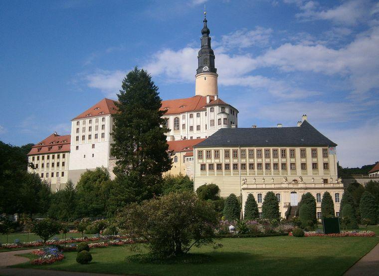WeesensteinSchloss Weesenstein im Müglitztal besitzt nicht nur eine außergewöhnliche Architektur, sondern auch eine rund 700-jährige Geschichte.