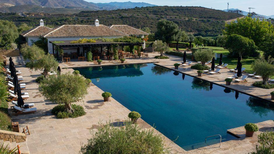 Großzügiger Pool der Finca Cortesin in Málaga, Costa del Sol, in Andalusien.