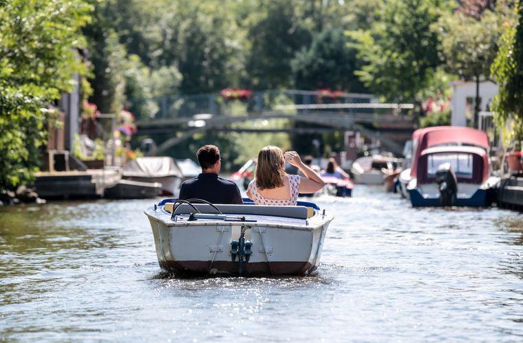 Die Grachten von Friedrichstadt lassen sich nicht nur bei Grachtenfahrten, sondern auch ganz individuell mit kleinen Booten erkunden.