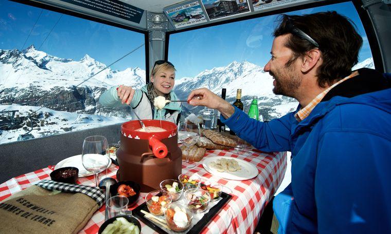 Fondue am Seil: In Zermatt geht es mit der Seilbahn hoch hinaus, während du dir das Fondue schmecken lässt.