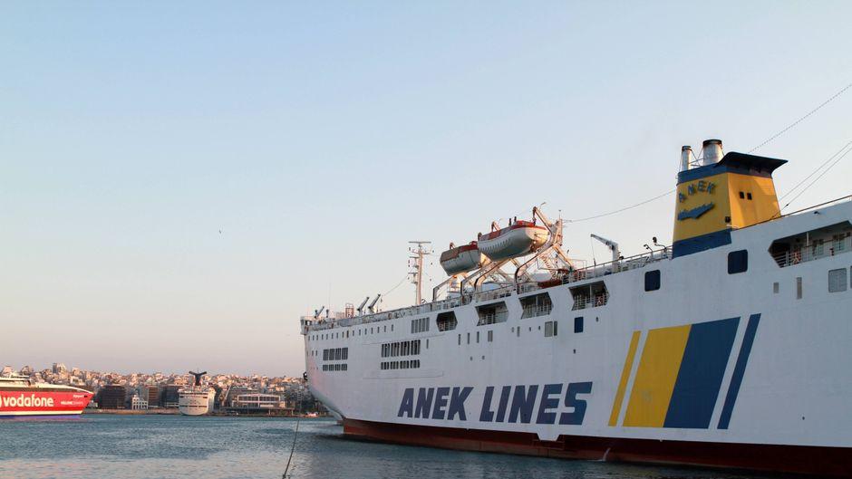 Eine Auto- und Personenfähre der Reederei Anek Lines liegt im Hafen von Piräus. (Symbolfoto)