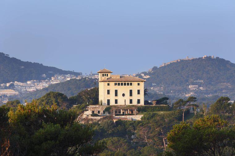 Die beeindruckende Villa March und die Skulpturen im den umliegenden Gärten kannst du ihm Rahmen einer Führung besichtigen.