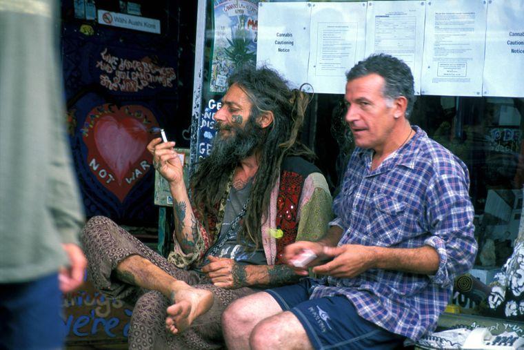 Alltag in Nimbin: Althippies sitzen auf der Straße und kiffen.