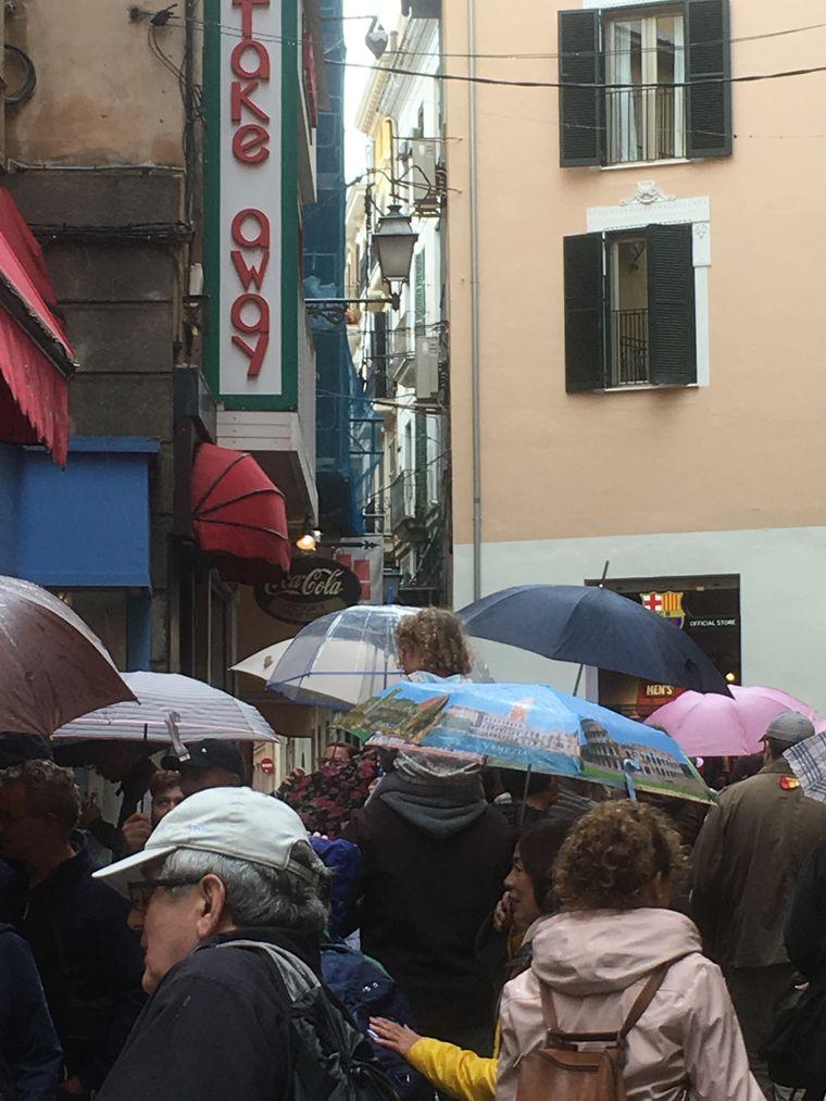 Die Alstadt von Palma de Mallorca wurde zu einem Meer aus Regenschirmen.