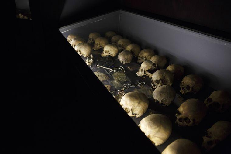 Totenköpfe liegen in einer Vitrine in der Gedenkstätte des Genozids in Kigali.