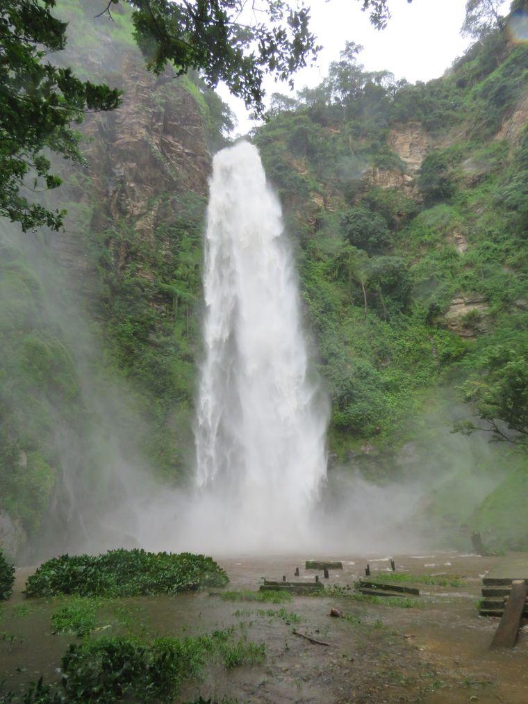 Der untere der Wli Falls. Durch starke Regenfälle hat auch er eine ungeheure Kraft entwickelt.