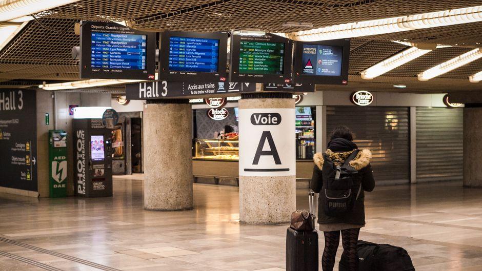 Eine Frau steht am Lyoner Bahnhof.