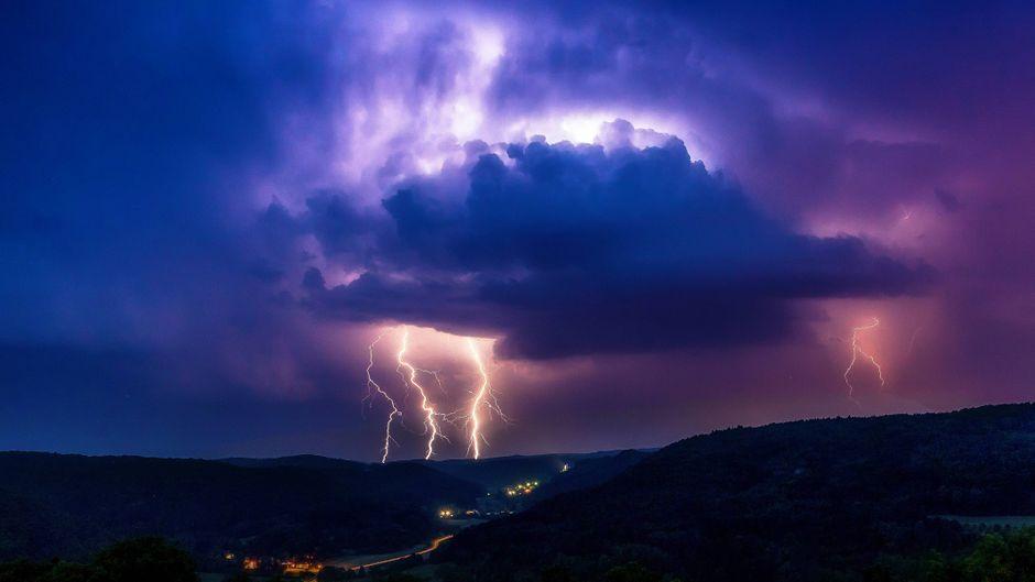Bedrohliche Gewitterwolken und Blitze – in so ein Unwetter geriet das Qantas-Flugzeug über Queensland. (Symbolfoto)